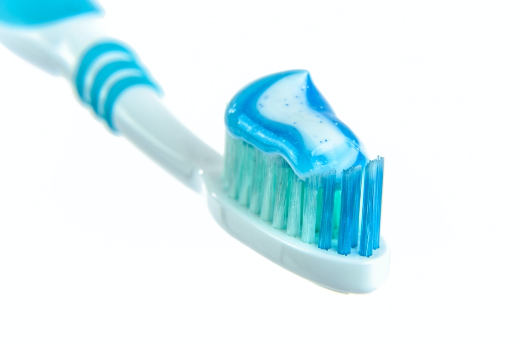 cleaning hacks with toothpaste